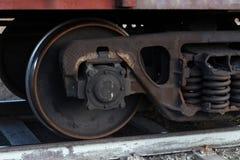 Ruote del treno merci sulle rotaie fotografia stock libera da diritti