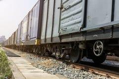 Ruote del treno sulle piste con il carrello ferroviario del treno immagine stock libera da diritti