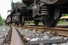 Ruote del vagone del treno con la molla e la ferrovia immagini stock libere da diritti