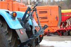 Ruote della vista posteriore di nuovo trattore in tempo nevoso Agricultura Immagine Stock