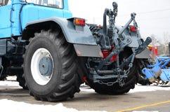 Ruote della vista posteriore di nuovo trattore in tempo nevoso Agricultura Fotografie Stock Libere da Diritti