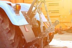 Ruote della vista posteriore di nuovo trattore in tempo nevoso Agricultura Fotografia Stock