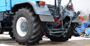 Ruote della vista posteriore di nuovo trattore in tempo nevoso Agricultura Fotografia Stock Libera da Diritti