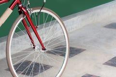 Ruote di bicicletta del primo piano sul pavimento del cemento Fotografia Stock