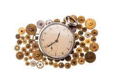 Ruote di ingranaggi d'annata dei denti e dell'orologio da tasca su fondo bianco Il movimento a orologeria d'annata parte il primo Fotografie Stock Libere da Diritti
