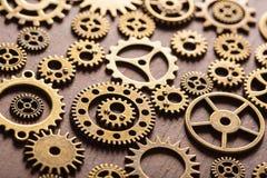 Ruote di ingranaggi meccaniche dei denti di Steampunk su fondo di legno Fotografia Stock