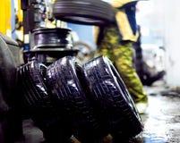 Ruote di lavaggio dell'automobile nel servizio della gomma Immagini Stock