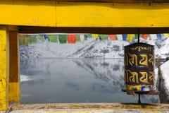 Ruote di preghiera buddisti su un ponte sopra il lago Tsomgo in Sikki immagini stock libere da diritti
