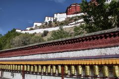 Ruote di preghiera tibetane con Palazzo del Potala nei precedenti, Fotografia Stock