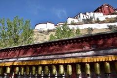 Ruote di preghiera tibetane con Palazzo del Potala nei precedenti, Fotografia Stock Libera da Diritti