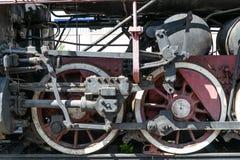 Ruote di vecchia locomotiva a vapore di colore rosso e degli elementi dell'azionamento fotografie stock libere da diritti