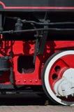 Ruote di vecchia locomotiva a vapore nera dei periodi sovietici Il lato della locomotiva con gli elementi della tecnologia girant fotografie stock libere da diritti