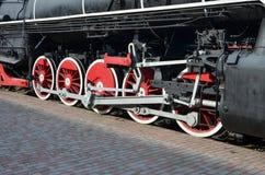Ruote di vecchia locomotiva a vapore nera dei periodi sovietici Il lato della locomotiva con gli elementi della tecnologia girant immagine stock libera da diritti