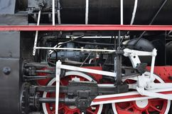 Ruote di vecchia locomotiva a vapore nera dei periodi sovietici Il lato della locomotiva con gli elementi della tecnologia girant fotografia stock libera da diritti