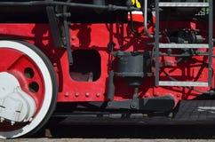 Ruote di vecchia locomotiva a vapore nera dei periodi sovietici Il lato della locomotiva con gli elementi della tecnologia girant immagine stock