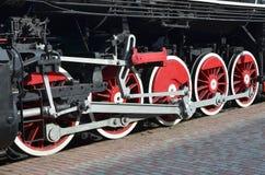 Ruote di vecchia locomotiva a vapore nera dei periodi sovietici Il lato della locomotiva con gli elementi della tecnologia girant immagini stock