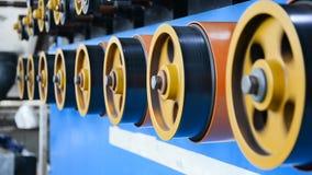 Ruote gommate giranti della bobinatrice archivi video