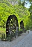 Ruote idrauliche vicino al fiume di Xiaofeng Fotografia Stock