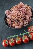 Ruote, macarronetes italianos vermelhos da roda foto de stock royalty free