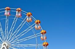 Ruote panoramiche e cielo blu nei precedenti Fotografia Stock Libera da Diritti