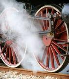Ruote rosse di grande vecchia locomotiva a vapore Fotografia Stock