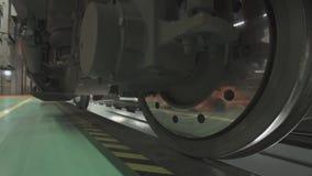 Ruote sui telai dei vagoni del treno all'officina in fabbrica video d archivio
