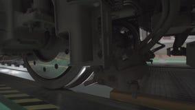 Ruote sui telai dei vagoni del treno all'officina in fabbrica stock footage