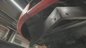 Ruote sui telai dei vagoni del treno all'officina in fabbrica archivi video