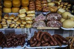 Ruote tradizionali rumene di formaggio e delle salsiccie affumicati sopra sopra fotografia stock