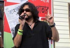 Rupam islam vaggar på bokmarknaden Arkivfoto