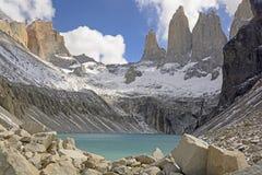 Rupe ripide sopra un lago alpino Immagini Stock