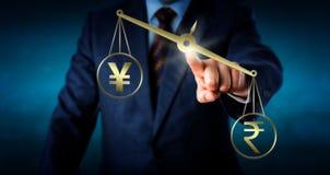 Rupia indiana che pesa più di Yen Or Yuan Fotografia Stock Libera da Diritti