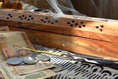 Rupias e incenso Fotos de Stock Royalty Free