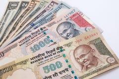 Rupie 500 e dell'India banconota 1000 sopra la banconota del dollaro americano Fotografie Stock