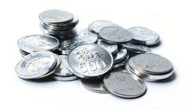 Rupiemünzen auf weißem Hintergrund Stockfoto