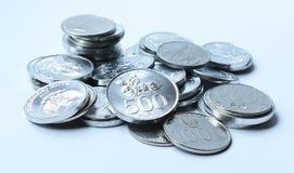 Rupiemünzen auf weißem Hintergrund Stockbild