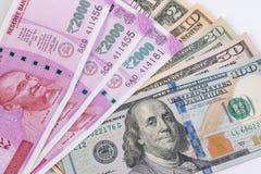 2000 Rupienbanknote über US-Dollar Banknote Stockfotos
