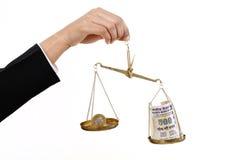 Rupienmünze und indische Banknoten in der Gerechtigkeitsskala Stockfoto