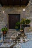 RUPIT,卡塔龙尼亚,西班牙2016年4月:Tipical农村古色古香的房子在Rupit老镇  库存照片