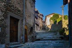 RUPIT CATALONIA, SPANIEN April 2016: En sikt av den medeltida gatan på vulkaniskt vaggar Arkivbilder