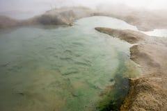 Rupite en Bulgaria, el flujo de agua caliente Imagen de archivo