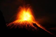 Éruption du volcan avec le type éruption de Strombolian Image libre de droits