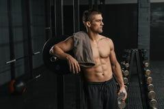 Ruptura após o treinamento apto transversal duro Retrato do homem desportivo novo fotografia de stock royalty free