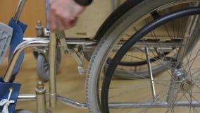 Ruptura da cadeira de rodas video estoque