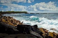 Ruptura da costa de Kalapana na ilha grande de Havaí foto de stock