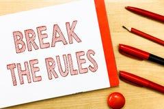 Ruptura da escrita do texto da escrita as regras Conceito que significa fazer algo contra regras e limitações formais foto de stock royalty free