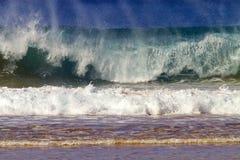 Ruptura da onda/ruptura da ressaca em Havaí imagens de stock