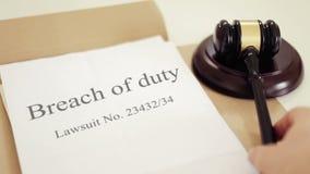 Ruptura da sentença do processo legal do dever com o martelo colocado na mesa do juiz no tribunal video estoque