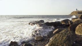 Ruptura das ondas do mar sobre pedregulhos filme