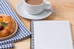 Ruptura de café ao ler um livro Fotografia de Stock Royalty Free